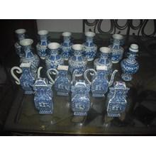 guci keramik dinasti antik warna putih motif biru