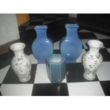 guci keramik antik warna biru dan putih
