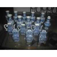 guci keramik dinasti antik motif biru