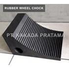 Karet Ganjalan Ban atau Wheel Chock untuk pengaman aksesoris Truk 1