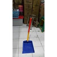 Serok Sekrop Sampah Tangkai Pengki Gagang Plastik Lucky Star 1