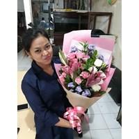 Bunga Tangan mawar pink dan bunga lily pink