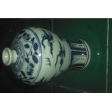 guci keramik dinasti antik warna putih dan biru