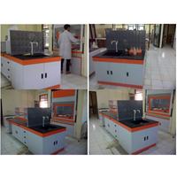 Meja Tengah Laboratorium 1