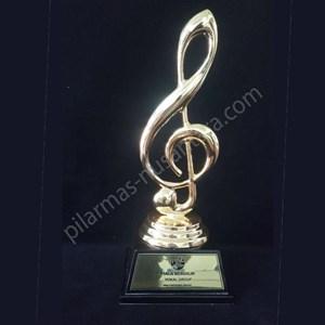 Piala ornamen musik