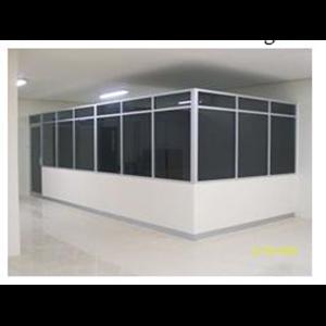 Pemasangan partisi kusen aluminium dengan kaca riben atau gelap By Aluminium Technical Team (Att)