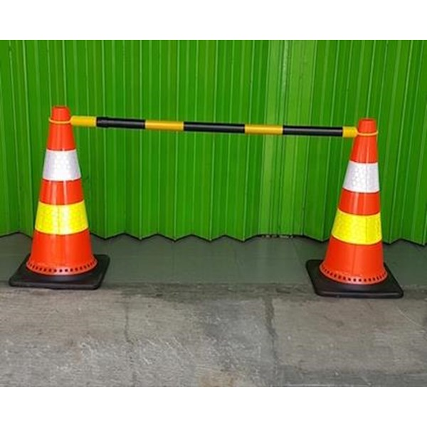 Traffic cone Retracable connecting bar