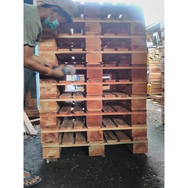 Pallet kayu ukuran 130 X 130 X 16 Cm Fourway