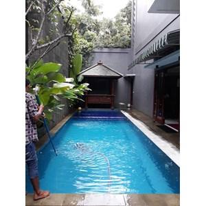 Tukang Pembersih Kolam Renang di Area Legenda Wisata Cibubur By Ganesha Pool