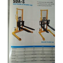 Hand Stacker of straddle legs Carlift