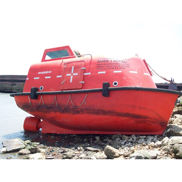LIFEBOAT TOTALLY ENCLOSED CAP. 15 - 30 PERSON