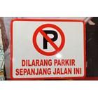 Rambu Lalu Lintas Dilarang Parkir sepanjang jalan ini. 1