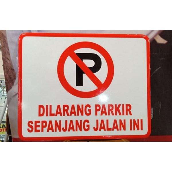 Rambu Lalu Lintas Dilarang Parkir sepanjang jalan ini.