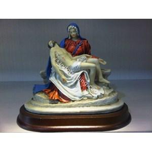 Patung Pieta (Maria memangku jenazah Yesus)