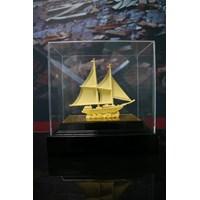 Pajangan Kapal Lapisan Emas Cocok Dibuat Pajang Atau Dijadikan Souvenir  1