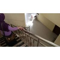 Railing tangga stainless minimalis hollo dan pipa