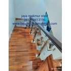 Railing tangga kaca trmperd handrail kayu 4