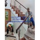 Railing tangga kaca trmperd handrail kayu 1