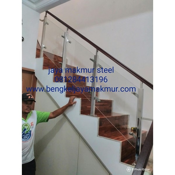 Railing tangga kaca trmperd handrail kayu