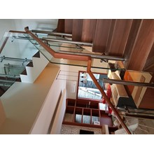 42/5000 Wooden handrail tempered glass railing st