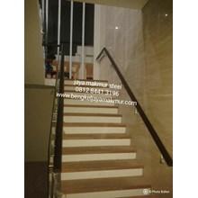Railing tangga kaca temperd handrail kayu