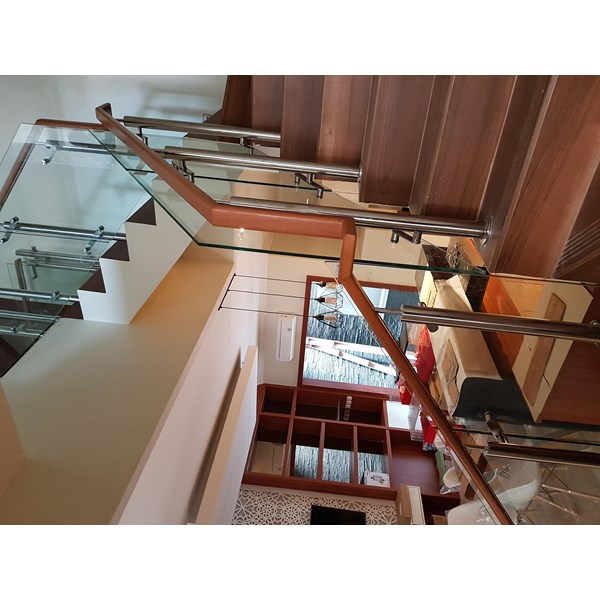 42/5000 Wooden handrail tempered glass railing stairs