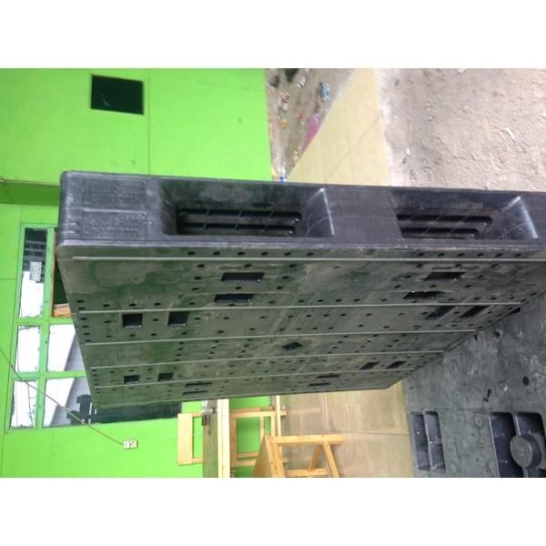 Pallet plastik bekas ukuran 110x110x15 cm model rata Lot  3 ton