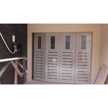 Pintu garasi Model minimalis memakai lubang kaca