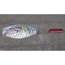alat panggangan ikan dengan pegangan kayu