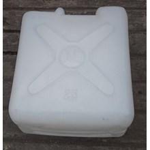 produk plastik rumah tangga Jerigen plastik ukuran 25 liter merk GA warna putih.