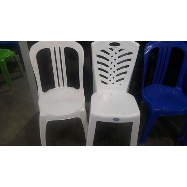 Kursi plastik kontribusi partai politik di Indonesia dibagikan untuk masyarakat warga pendukungnya