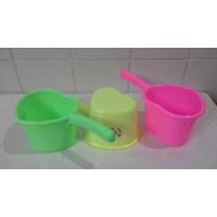 produk plastik rumah tangga gayung plastik model love hati warna warni merk DS 1