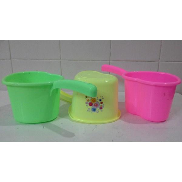 produk plastik rumah tangga gayung plastik model love hati warna warni merk DS