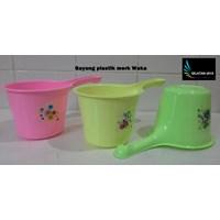 Distributor produk plastik rumah tangga Gayung plastik warna warni merk waka 3