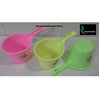 Jual produk plastik rumah tangga Gayung plastik warna warni merk waka 2