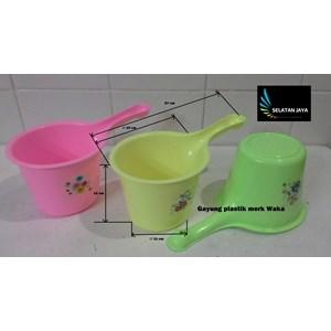 produk plastik rumah tangga Gayung plastik warna warni merk waka