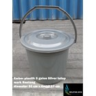 5 gallon silver plastic bucket close the bull brand 3