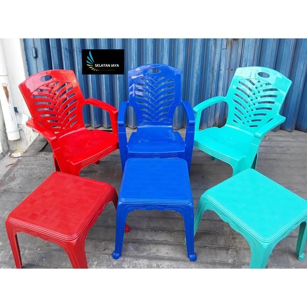 Kursi Plastik Kursi plastik 809 ada sandaran tangan dan meja catur merk Napoli