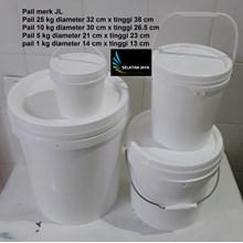 Pail plastik bulat warna putih merk JL