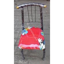 Kursi anak dengan kerangka dan sandaran besi