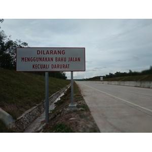 Dari Rambu Jalan / Rambu Lalu Lintas Dilarang Menggunakan Bahu Jalan Kecuali Darurat 0
