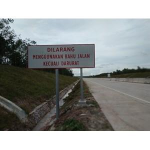 Dari Rambu Jalan / Rambu Lalu Lintas Dilarang Menggunakan Bahu Jalan Kecuali Darurat 1