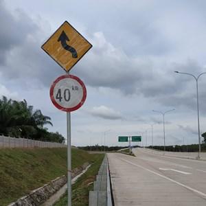 Dari Rambu Jalan / Rambu Lalu Lintas Berliku dan Batas Kecepatan 1