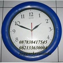 Jam dinding promosi warna biru cetak logo perusaha