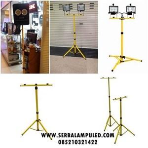 Tiang lampu sorot portable
