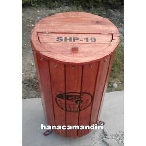 tempat sampah kayu